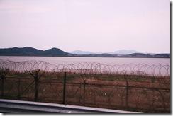 garduri din sarma ghimpata la granita dintre Coreea de Nord si Coreea de Sud (Paju)