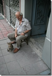turc din istanbul cu pisica sa