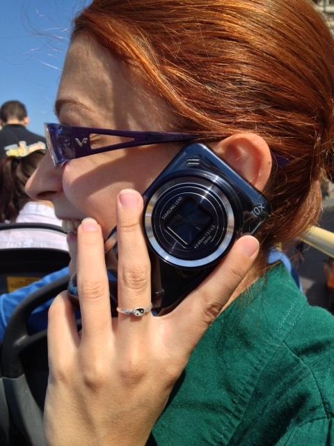 Anca Duma testând noul hibrid Samsung Glaxy S4 Zoom