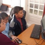 Moment magic: copii români atingând prima dată un computer