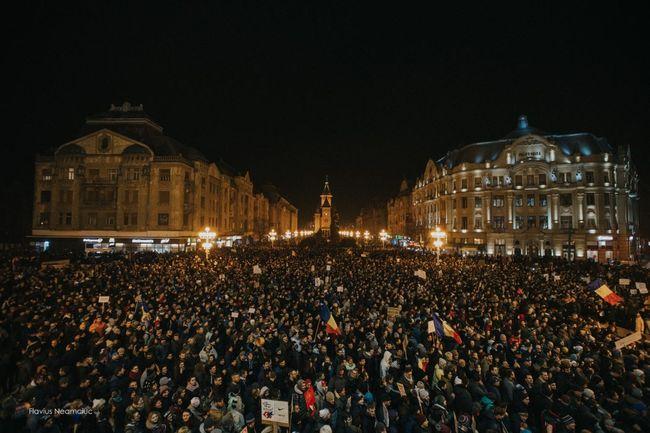 Zeci de mii de oameni au ieșit aseară în stradă și la Timișoara. Foto: Flavius Neamciuc